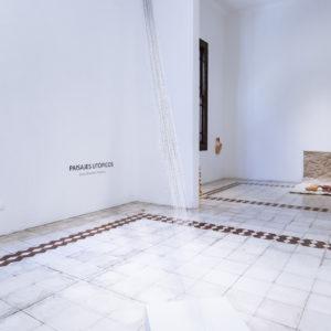 """""""Espacios entre"""", 2018, Series: Paisajes Utópicos, Cadenas de grapas entrelazadas, 250 (alto) x 300 cm (largo cadenas)."""