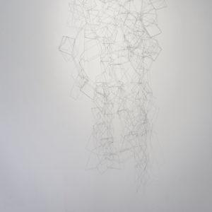 """""""Blanco II"""", 2017, Serie: Sin Título, Figuras geométricas de metal entrelazado, 100 x 160 cm."""
