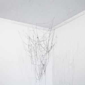 """""""Proceso VII"""", 2013, Serie: Procesos, Cadenas de grapas entrelazadas, 80 x 100 x 45 cm."""