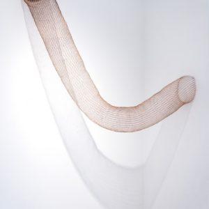 """""""Sin Título"""", 2014, Serie: Sin Título, Alambre de cobre tejido a mano con telar, Dimensiones variables, 260 x 32 cm. (diámetro)."""